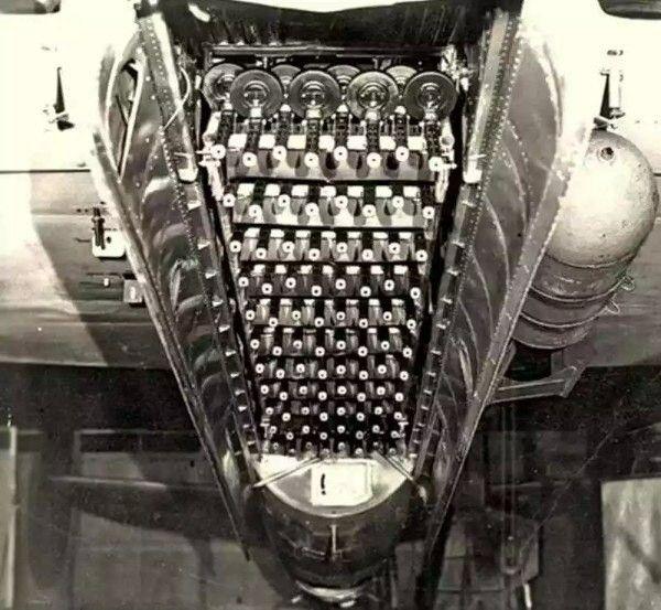 """В 1944 году, на базе скоростного пикирующего бомбардировщика Ту-2С, в качестве эксперимента, испытывалась необычная оружейная система – """"Огненный ёж"""". Система состояла из установленных на платформе 88 единиц Пистолетов-пулемотов Шпагина (ППШ). В КБ Туполева бомбардировщику оснащенному новой системой присвоили индекс Ту-2Ш. В Конструкторском бюро Туполева, начальником отдела вооружений А. Надашкевичем, а также главным инженером С. Савельевым было предложено создать оружейную батарею и…"""