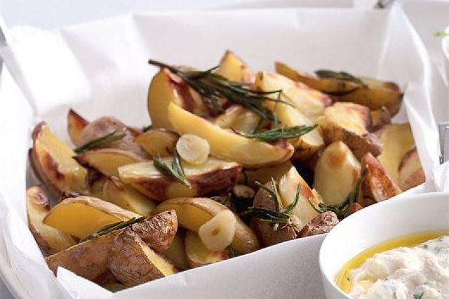 Pečené brambory s rozmarýnem | Apetitonline.cz + k tomu dip s pečeným česnekem a bazalkou