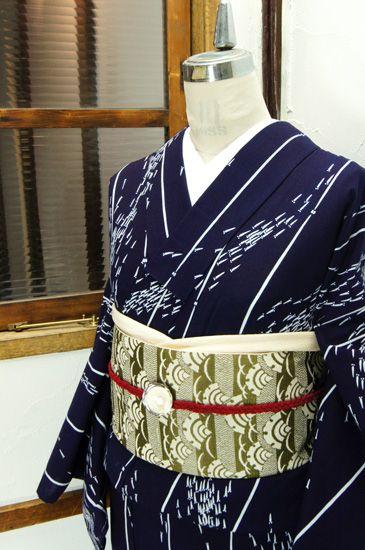 濃紺地に群れなし泳ぐめだかが形作る流水のようなよろけ縞が染め出された注染レトロ浴衣です。 #kimono