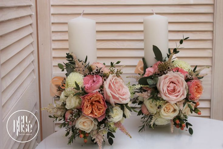 Iti doresti ceva delicat si simplu? Iti propunem o lumanari de cununie Harmony color, realizata cu flori precum trandafiri, minirose si astilbe.