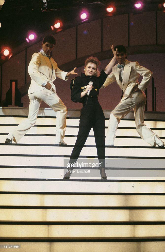 Nicole (Sängerin, Schlagersängerin), Auftritt, ARD-Show 'Die verflixte 7', , singen, Bühne, Mikrofon, Tänzer, Tanz, tanzen, Showtreppe, Schlager, Promis, Prominenter, Prominente,