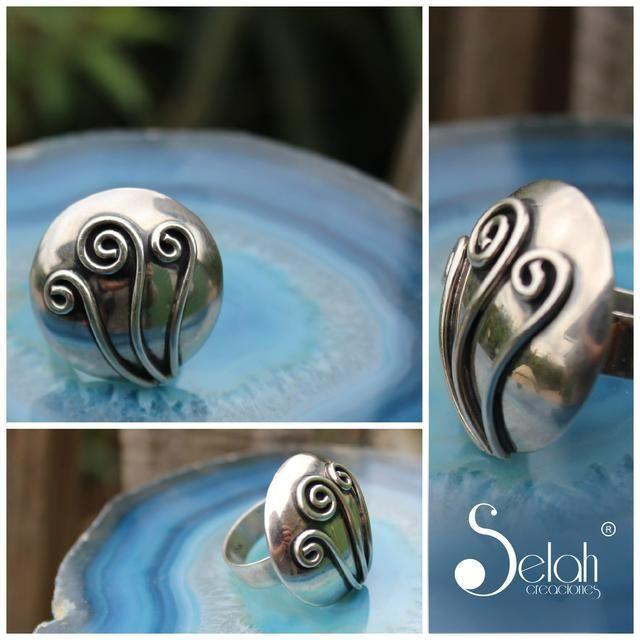 Anillo de plata, trabajado finamente en cada detalle. Chile <3 Fan Page <3 Facebook <3 Twitter <3 Flickr <3 selah.creaciones@gmail.com