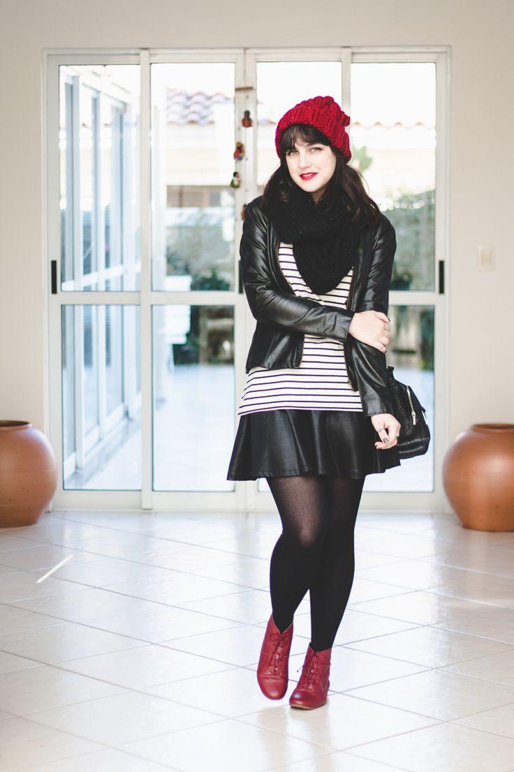Look de Outono de Melina Souza.  Jaqueta de couro preta da Fiat Fashion, blusa listrada branca e preta, saia rodada preta, meia calça grossa preta, botinha de cadarço e gorro vinho.