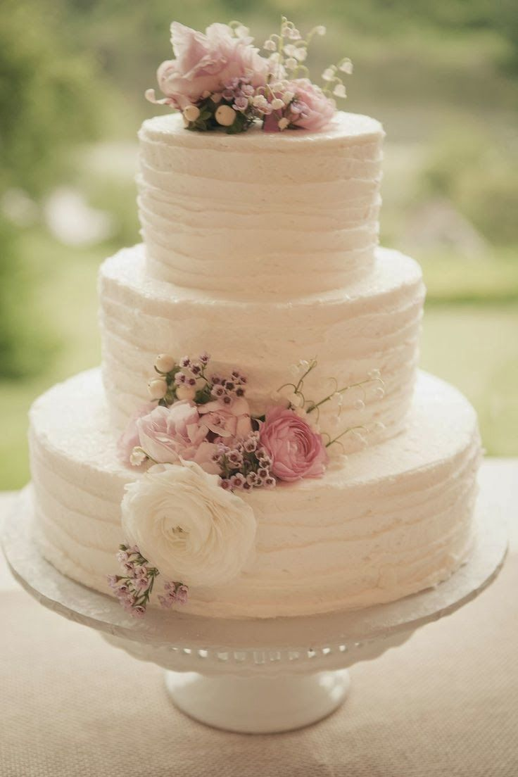 Classic vintage cake - El romanticismo del vintage en este pastel de bodas de 3 pisos. Un clásico de clásicos con flores frescas.