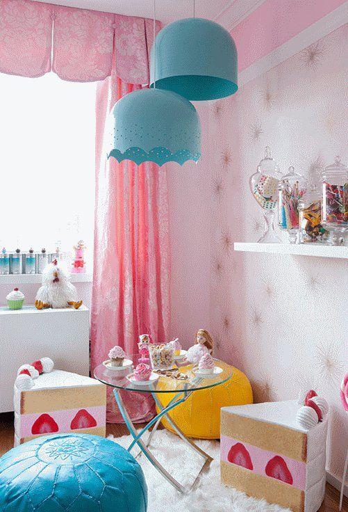 Яркие шторы в детскую, а также марокканские пуфики #шторы #ткань #домашнийтекстиль #текстиль #дом #дизайн #интерьер #дамасский #узор #модныеокна #окно#пуф