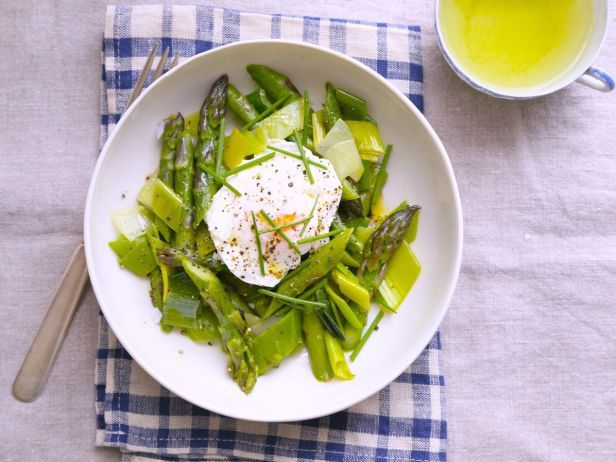 Breakfast of the Month: Poached Eggs with Asparagus and Leeks: Simple Braised, Easy To Assembl Bowls, Spring Flavored, Asparagus Breakfast, Eggs Complete, Breakfast Treats, Dinners Asap, Asparagus Seasons, Poached Eggs