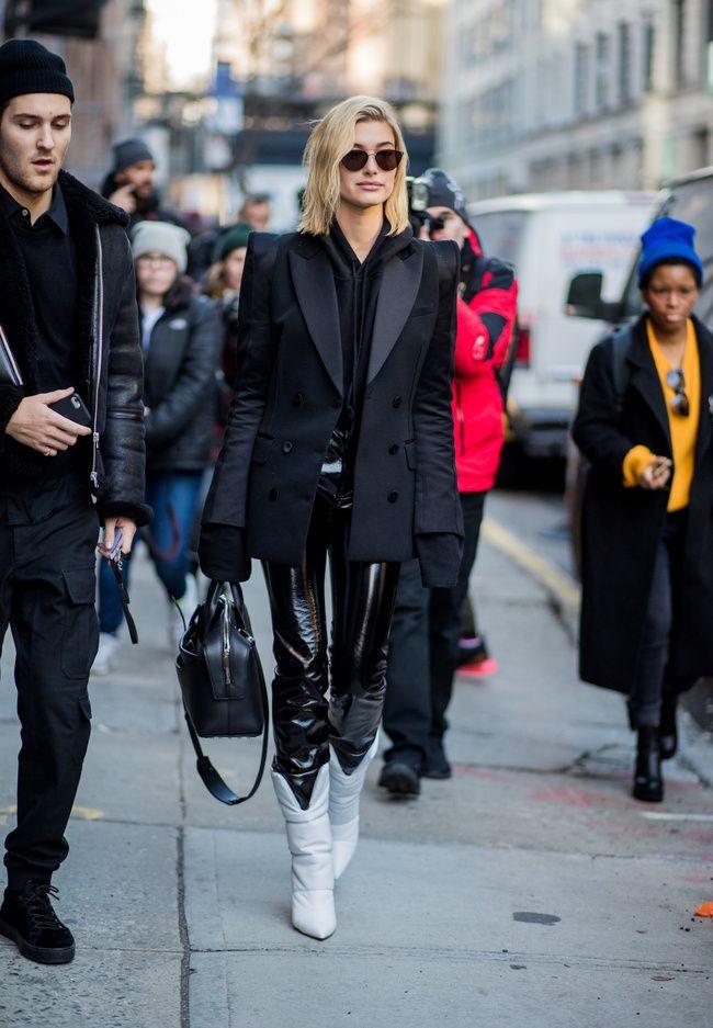 Tenemos el antídoto al síndrome del armario aburrido: 6 nuevas formas de llevar un #blazernegro  #Blazer #BotasBlancas #Botas #LookNegro #Black #BlackLook #BlackOutfit #OutfitNegro #HaileyBaldwin #HaileyBaldwinLook #Fashion #FahionOutfit