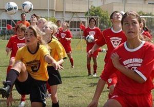 Chicas entrenando a fútbol. Tienen becas muy importantes para estudiar en USA
