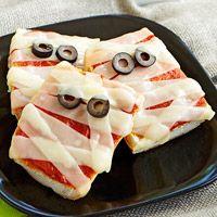 Mummy pizzas: Halloween Parties, Halloween Pizza, Minis Pizza, Halloween Snacks, Halloween Treats, Mummy Pizza, Halloween Food, Halloween Ideas, Kid