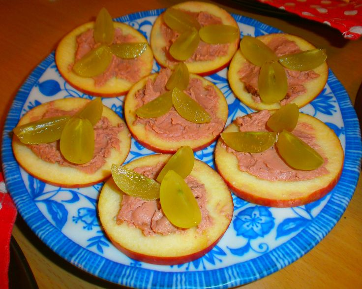 Grape apple and duck pate canapes wine tasting party for Canape wines