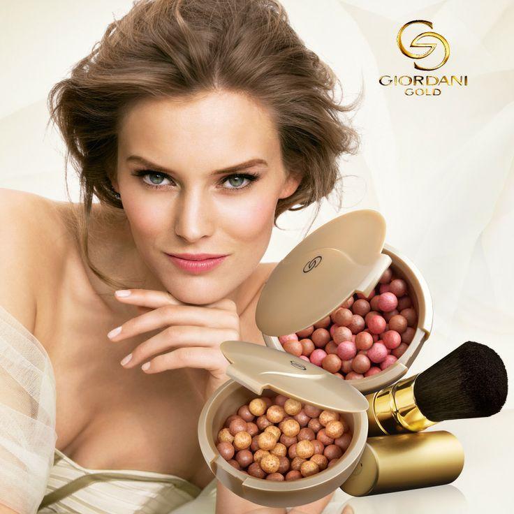 Para un look bronceado, aplica un toque de las perlas Giordani Gold con una brocha grande en pómulos, frente, nariz y mentón, todas las zonas que reciben los rayos sol cuando estás en la playa.