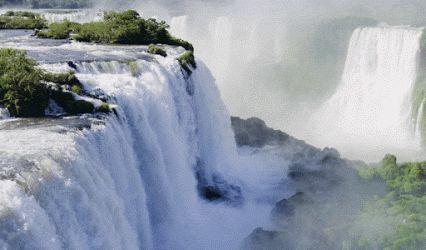 Las cataratas del Iguazú son un conjunto de cataratas que se localizan sobre el río Iguazú, en el límite entre la provincia argentina de Misiones y el estado  brasileño de Paraná. Elevación: 195 m Altura: 82 m Caudal: 1.756 m³/s Número de caídas: 275 Mayor caída: 82 m