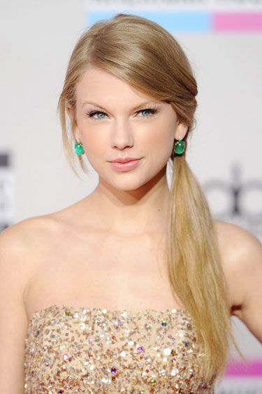 Neutral makeup, and wonderful colour combinations with accessories and dress from: Taylor Swift Beauty Pictures - Taylor Swift Beauty and Hair Photos - Harper's BAZAAR