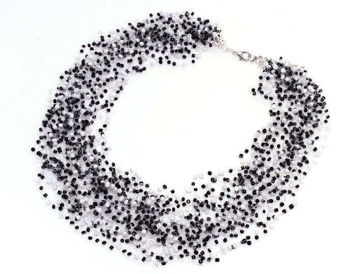 Collana di aria. illusione di galleggiamento beaded collana - Collana Crochet ariosa. Colori bianco fatto a mano, neri, multi strand