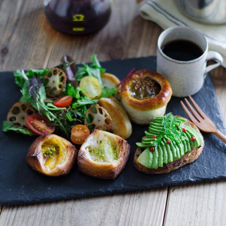 """""""trasparenteのパンでいつかの朝ごはん  アボカドのタルティーヌはELLE a tableのレシピを参考に。  買ったままずっと使うのを忘れていたスレートプレート、やっと使いました。"""""""