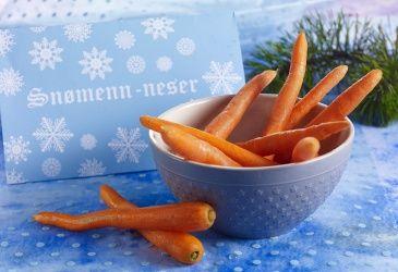Snømenn-neser – frukt.no #morsom #jul #juledekorasjon #snacks #gulrot