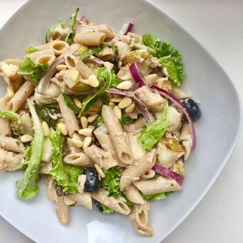 Deze pastasalade met tonijn is super makkelijk om te maken en superlekker. Hij is lekker zomers en perfect voor als je weinig tijd hebt! Pastasalade met tonijn (2 personen) Wat heb je nodig: – 160 gr volkoren penne – 1 rode ui, in halve ringen gesneden – 1 blikje tonijn op water, uitgelekt – 1 peer met schil, in blokjes gesneden – 2 el zwarte olijven – 50 gr rucola – 2 el mayonaise – 2 el groene pesto – 2 el pijnboompitten, geroosterd – peper en zout Hoe maak je het: Kook de pasta volgens de…