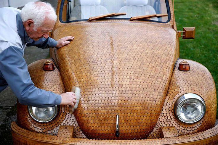 Drewniany Beetlema ponad 50 tys. dębowych elementów. Prawie wszystko jest z drewna: koła, karoseria, kierownica, deska rozdzielcza. Wesoły emeryt z Bośni Momir Bojic jest właścicielem najdziwniejszego garbusana świecie.  Momir Bojic już dawno skończył 70 lat, zapału i pomysłów mu nie brakuje.Bośniak spędził dwa lata na udoskonalaniu garbusa z 1975 roku, którego kupił z ogłoszenia.