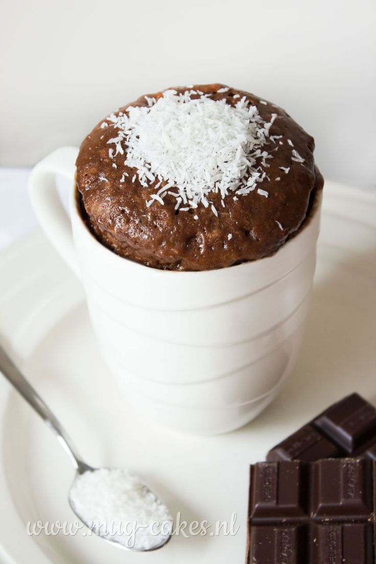 Leren hoe je een chocolade mug-cake (cake in mok) maakt met kokos? Bekijk hier het recept en maak binnen enkele minuten in de magnetron een mug-cake!