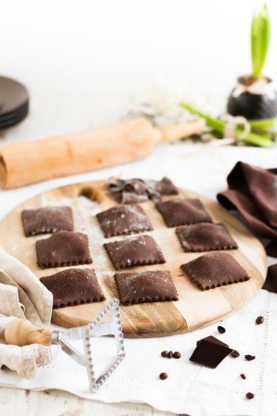 Schokoladen Ravioli mit Mascarpone Füllung, Karamell Mocca Sauce & Knusperbällchen I Chocolate Ravioli with Mascarpone Filling, Caramel Mocca Sauce & Crunchy Cookies I http://haseimglueck.de