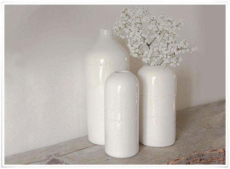 Apportez une touche florale à votre intérieur grâce à ce très joli vase, fait main, en France. Chaque pièce est absolument unique puisque chaque vase est délicatement poinçonné à la main par la talentueuse Justine Lacoste, et présente une partie haute émaillée et une partie basse laissée brute. Mixez les formes et les tailles pour obtenir un effet splendide !