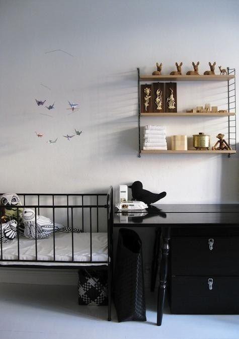 Черно-белая скандинавская детская. Интерьер смягчается только декором и игрушками.  (спальня,дизайн спальни,интерьер спальни,скандинавский,скандинавский интерьер,скандинавский стиль,интерьер,дизайн интерьера,мебель) .