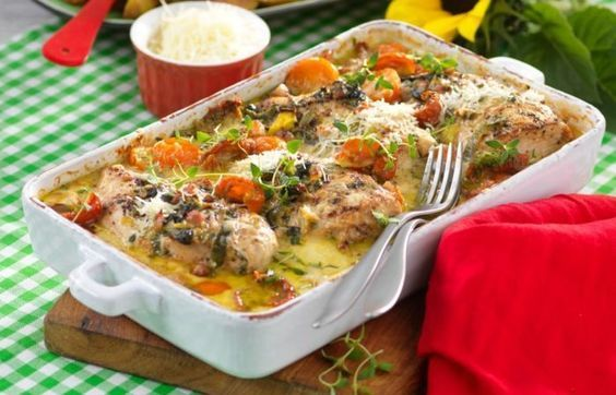 Kycklingfilén kryddas med rosépeppar och ugnssteks i härligt gräddig sås med bacon. Festlig mat med tacksamt kort tillagningstid!