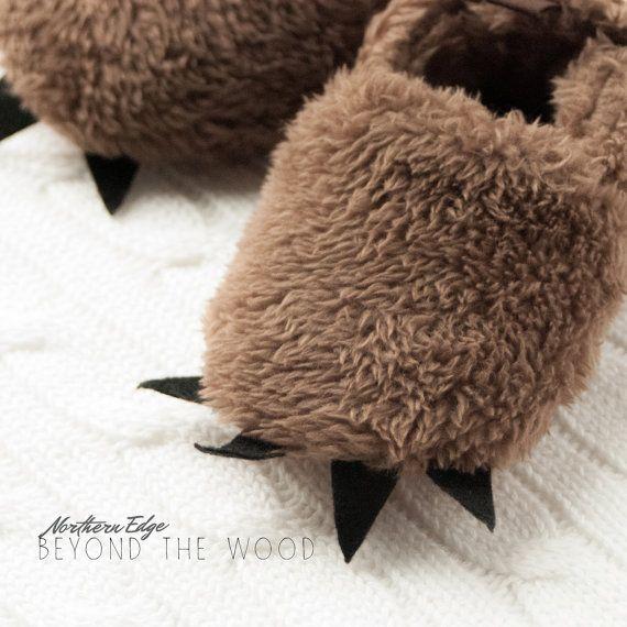 Regali bambino oltre il legno: Stivaletti cotone morbido orso. Queste pantofole unisex artiglio boschi sono per ragazzi o ragazze. Altre opzioni di colore disponibili. INFO PRODOTTO -In morbido cotone -Artigli feltro -Dimensioni -0-6 mesi 4 1/2 x 2 1/4 larghezza 2 tacco (flessibile) -6-12 mesi 5 x 2 1/2 larghezza 2 tacco (flessibile) -12-18 mesi 5 1/2 x 2 3/4 larghezza 2 1/4 tacco (flessibile) Sconto di spedizione su ordini multipli. NOTA Colori possono var...