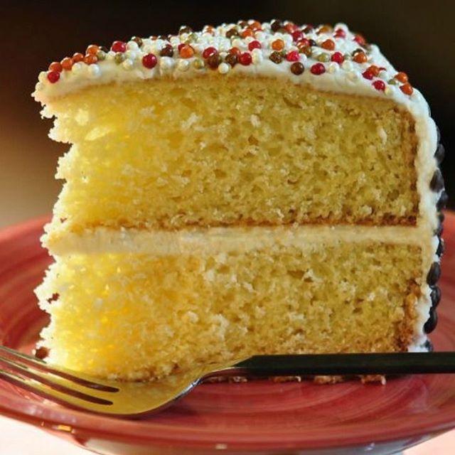 Torta  sin gluten  INGREDIENTES:  1 ½ tazas de harina sin gluten  3/4 taza Azúcar de coco o el endulzante de su elección  2 cucharaditas de polvo para hornear  1/3 cucharadita bicarbonato de sodio 2 huevos  1/3 taza de aceite  1 cucharada vinagre blanco 1 cucharadita de vainilla  ½ taza de leche de elección  PREPARACION :  Precaliente el horno a 350 ° F. Engrase un molde de 8 o 9 pulgadas o haga 12 tazas de muffins con papeles para cupcake. Tamizar los ingredientes secos en un recipiente…