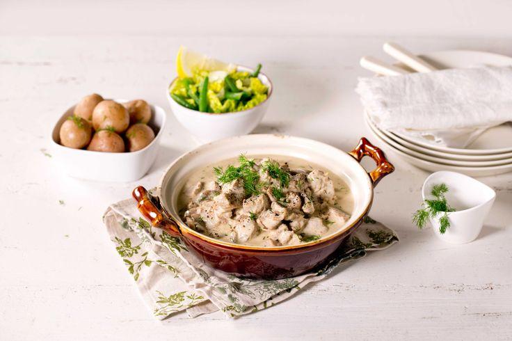 Dette er en gammel, tradisjonell oppskrift på en gryterett med lam, rømme, dill og sopp. En perfekt søndagsmiddag.