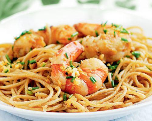 Espaguetis con gambas y pimientos