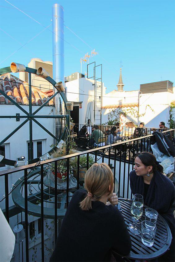 The Hat (Madrid). Al lado de la Plaza Mayor puedes subir a la terraza de este hostal cosmopolita y disfrutar de un copazo y de vistas. Mucha gente guapa y moderna disfruta de este pequeño tesoro del cielo de Madrid.