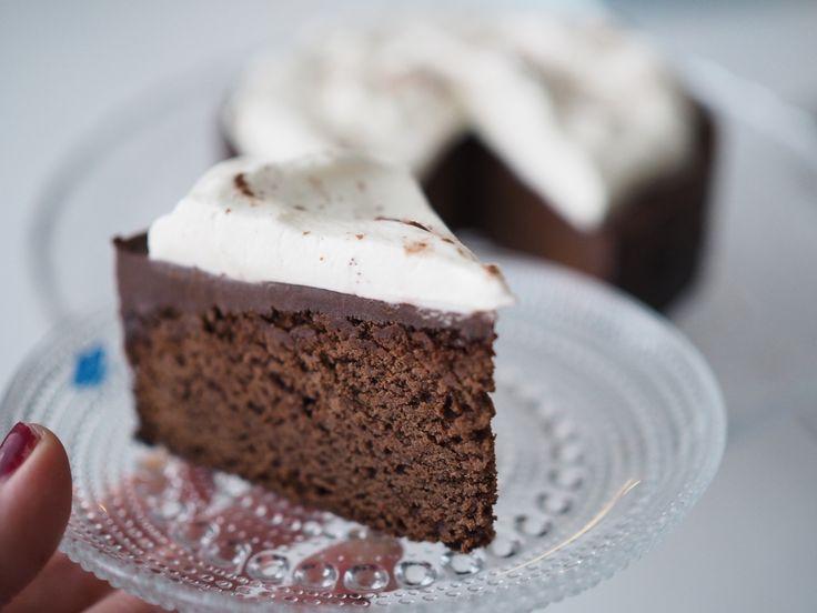 Ihan unohdin tämän uuden vuoden kakkumme ohjeen. Halusin tehdä jonkun helpon suklaakakun, jossa olisi päällä suklaaganachea ja kermav...