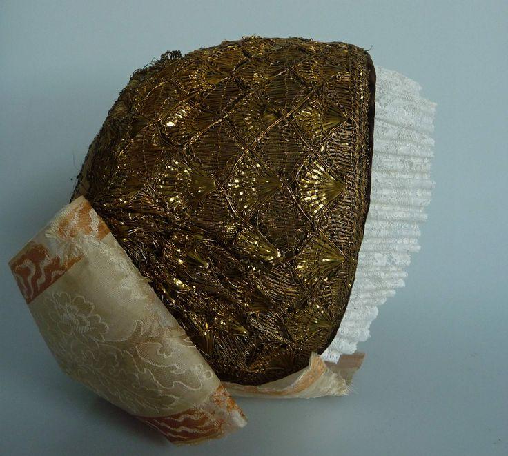 Ženský čepec zlatý hedvábný. Sbírka Muzea Novojičínska