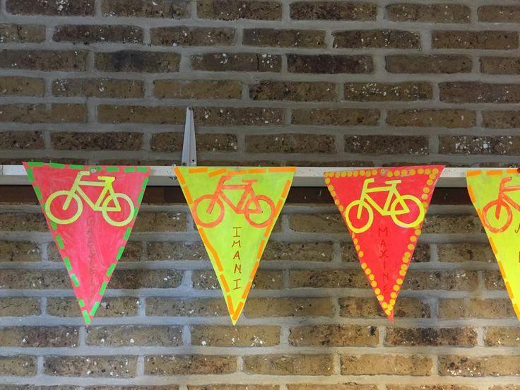Fietsvlaggetjes maken om aan hun eigen fiets te hangen!