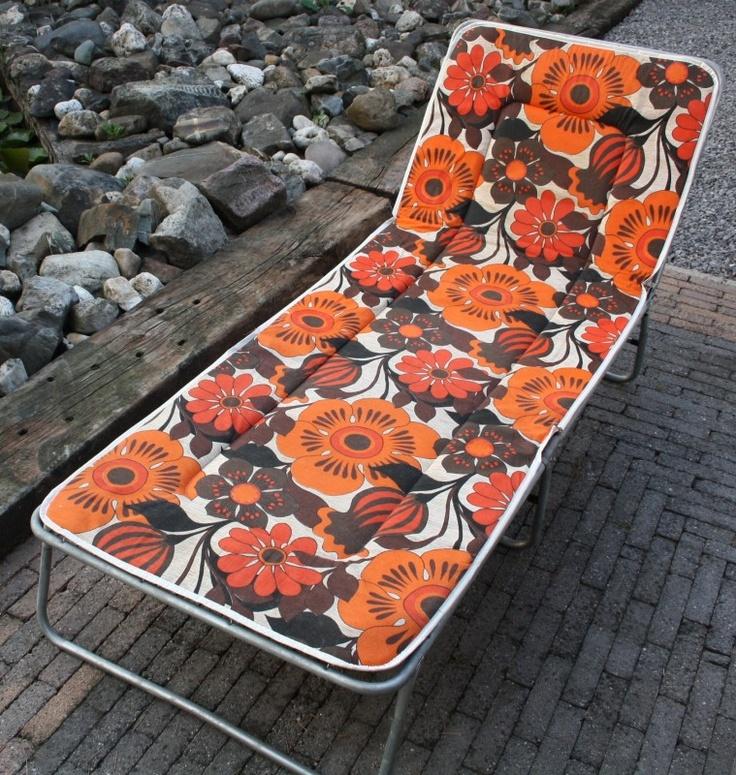 Retro stretcher c.q. ligbed met aluminium frame en funky oranje/bruin gebloemde bekleding, seventies