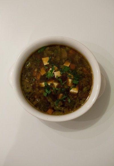 Zuppa di miso al tofu. La zuppa di miso è un piatto tipico della tradizione alimentare giapponese ed uno dei piatti principali proposti dalla cucina macrobiotica, nata proprio in Giappone. La zuppa di miso comprende sempre tre tipologie di ortaggi tra i propri ingredienti: verdure a foglia (come le verze o i cavoli), ortaggi tondi (come le cipolle) e tuberi o radici (come le carote o le rape). In questo modo si ottiene un piatto equilibrato e ricco di energia.