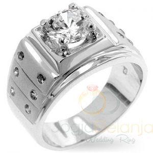 Cincin Kawin LauriePerak single menampilkan desain mewah elegan. Detil cincin yang tegas ditambah dengan paduan batu zircon membuat cincin ini tampil berani. Finishing kilap menyempurnakan tampilan sehingga cincin nampak lebih klasik nan mewah. Cincin Lauriepas untuk anda gunakan d