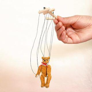 小さな小さなマリオネット。テディベア型。 マリオネットとしての操作可。 全長約16cm、ベア約6cm。 首・四肢可動。ミニチュアファー、木工。 2017年5月制作。 #マーガレットベア #MARGARETBEAR #テディベア #TeddyBear #bear #マリオネット #marionette #miniature #dollhouse #ぬいぐるみ #stuffedanimal #kawaii #animal
