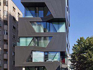 Apartman 18, Erenköy'de Bağdat Caddesi'ne açılan Ömer Paşa Caddesi'nde yer alan on katlı bir konut yapısı.