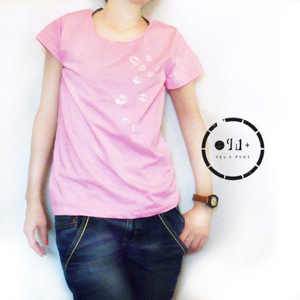 キスマークがたくさん付いたオリジナルデザインのTシャツです。素材:天竺(綿50%/ポリエステル50%)生地厚:4.0ozカラー:ベビーピンクMサイズ(女性用)...|ハンドメイド、手作り、手仕事品の通販・販売・購入ならCreema。
