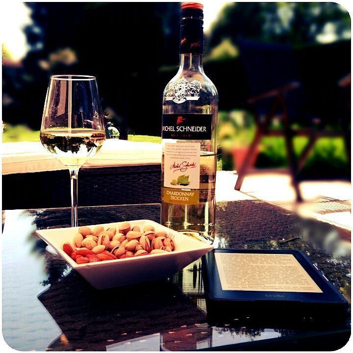 Relaxing sunny sunday afternoon  Snacks ein Glas Wein ein gutes Buch und chillige Musik von Blank & Jones #relax #relaxing #sundayafternoon #whitewine #blankandjones #michelschneider #chardonnay #snacks