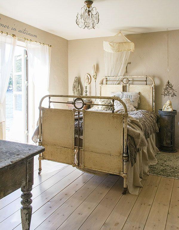 CLICK ON THE IMAGE LINK TO SEE 10 SEXY BEDROOM STYLES  - http://inredningsvis.se/tyger-vs-tapeter/  #hotellsäng #hotell #sovrum #gardiner #headboard #bedroom #inredning #sänggavel #romanticbedroom