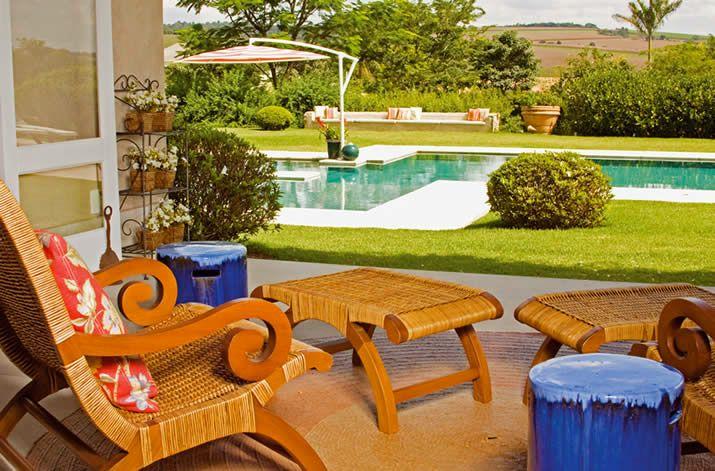 Os móveis para piscina devem ter além de conforto, durabilidade e bastante resistência á agua e ao sol.   Existem no mercado mobiliário de diferentes materiais. Espreguiçadeiras, conchas, conjunto de sofás e mesa com cadeiras, mesa de centro e aparadores, carrinhos de bar/lanche ou banqueta.