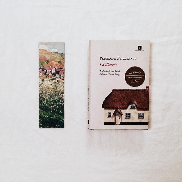 Acabo de terminar La librería de Penelope Fitzgerald y siento bastante tristeza por la historia de Florence que está bastante inspirada en la de la propia escritora. . . Quizá ese sabor es el que más se acerque al de la vida real. En todo caso es un libro estupendo que se lee con una agilidad asombrosa. Todo amante de los libros ha soñado en alguna ocasión con abrir una librería. Aunque Florence es mucho más pragmática. . . Ahora estoy deseando ver la película de @isabel.coixet Habéis leído…