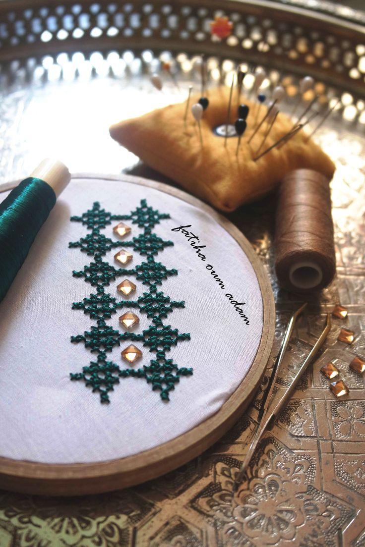 زواقة اخرى حصرية لطرز الحساب الكروة تجي على طول او عرض الصدر Modern Embroidery Hand Embroidery Embroidery Art