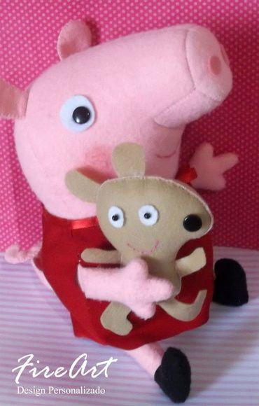 Porquinha Peppa com seu ursinho Teddy, ótima opção de presente ou decoração.  Sucesso entre as crianças ela é personagem do desenho animado do canal Discovery Kids.  Produto artesanal confeccionado a mão. Feito em feltro e com enchimento fibra de silicone.  Tamanho: 30 cm de altura   TAMBEM TEMOS A FAMILIA DA PEPPA R$ 65,00