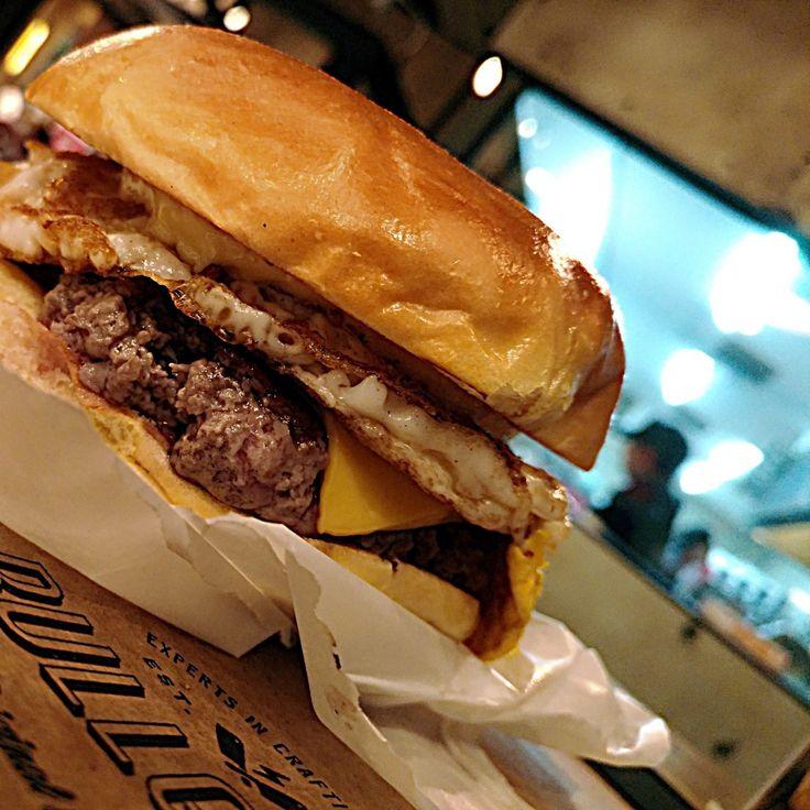 Uovo (r$20).  Pão, carne, queijo, ovo e mayo da casa.  .  Onde? @bullguer .  Av. Giovanni Gronchi, 5819 - Shopping Jardim Sul.  bullguer.com/nossas-unidades/.  .  .  .  #Gastronominho #Bullguer #Morumbi #ShoppingJardimSul #Burger #BurgerLover #UOVO #Hamburguer #Hamburgueria