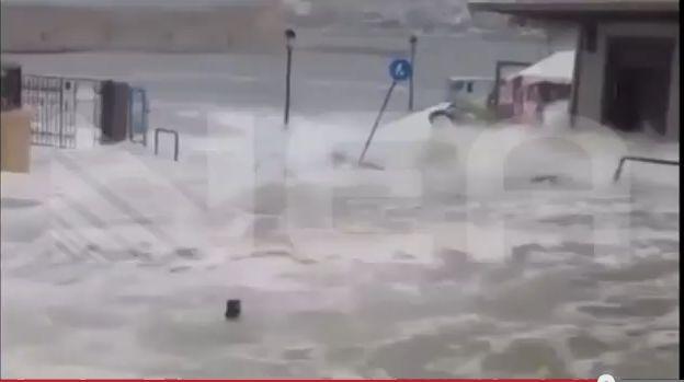 BINTEO: Αυτοκίνητο έπεσε στο λιμάνι του Ρεθύμνου λόγω του καιρού!