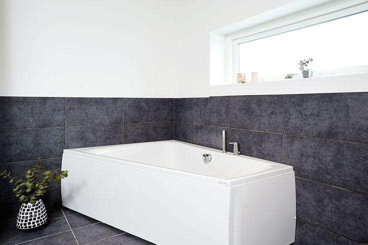 Et badekar er altid et hit #huscompagniet #inspiration #indretning #husbyggeri #indretning #nybyg #husejer #nythus #typehus #badeværelse #bad